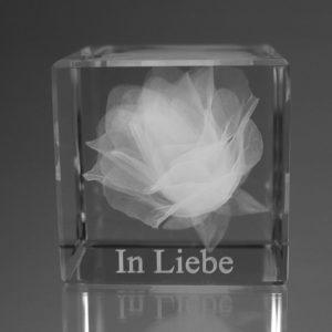 """Rosenblüte"" im Glaswürfel mit Text"
